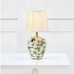Mansion bordslampa med keramikfot är en väldigt fin lampa med vit textilskärm och fjärilar i olika färger.