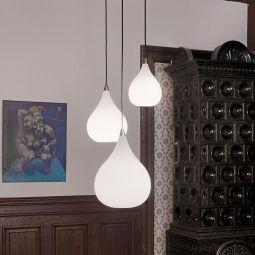 Drops taklampor hängandes lysande mot vit vägg och träpanel