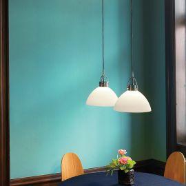 Denver taklampa i opalt glas och kromad metall ovanför bord