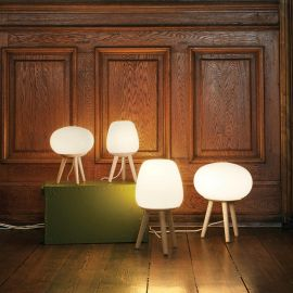 Halo Design Happy Globe bordslampa på golv med flera olika