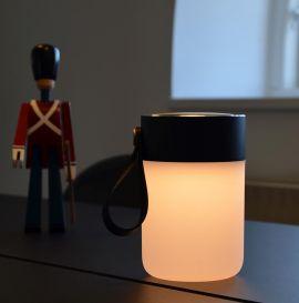 Colors Jar trådlös högtalare och lampa ståendes på bord med figur