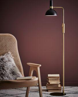 Markslöjd Larry golvlampa i rum med vinröd bakgrund och stolar i en trendig miljö