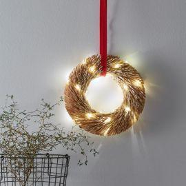 Markslöjd Berta krans i halm på väggen med LED-lampor