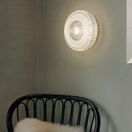 Halo Design Glitter plafond på vägg ovanför stol med fårskinn