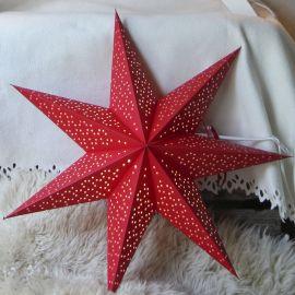 Adventsstjärna i papper Dot röd på vit fårskinnsfäll