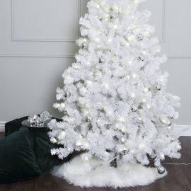Plastgran Ottawa vit 210cm med julgranskulor och fårskinnsmatta