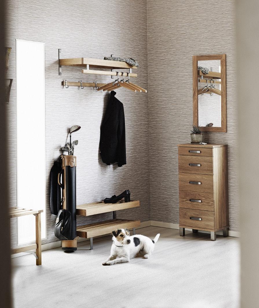 Hallmöbler i ek i hall med liten hund på golvet.