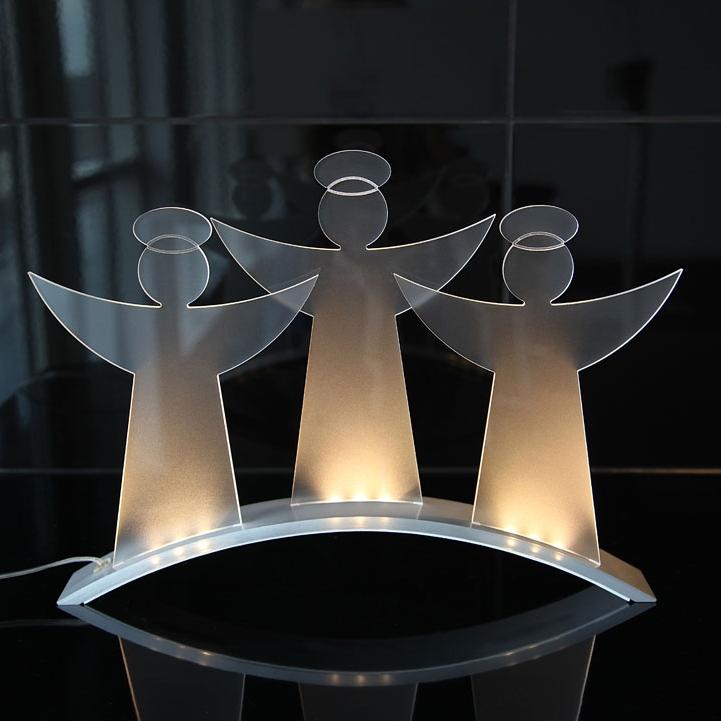 Vacker ljusstake med ledljus i form av 3 änglar. Den frostade ytan på änglarna gör att ljuset sprider sig fint och skapar en mysig belysning