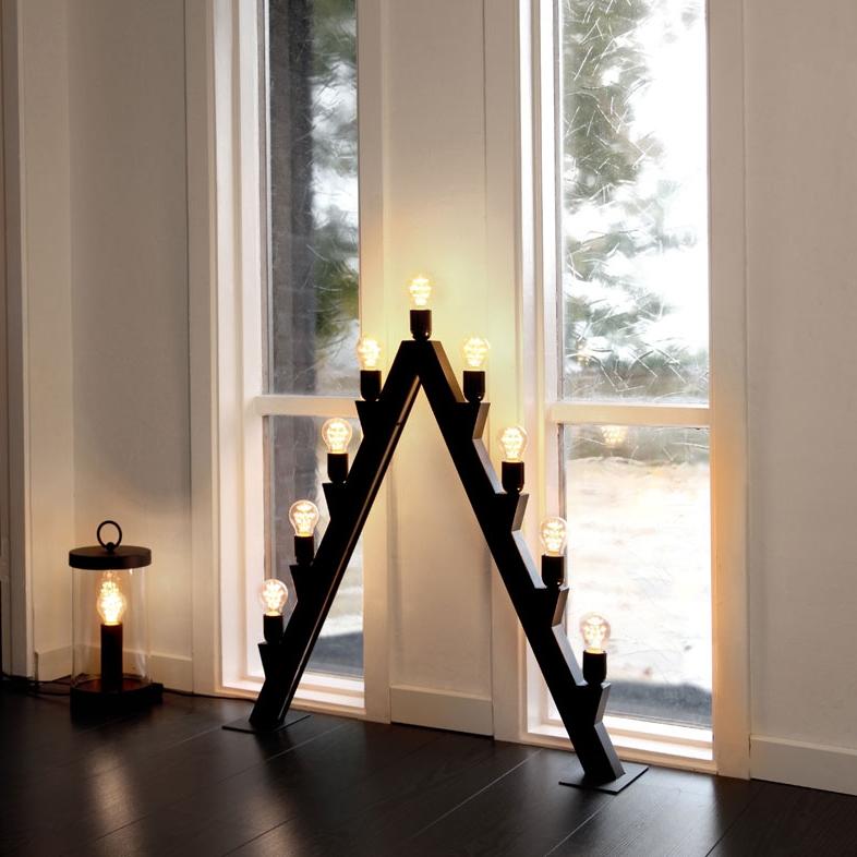 Hög svart metalljusstake med riktigta glödlampor, gärna som golvljusstake
