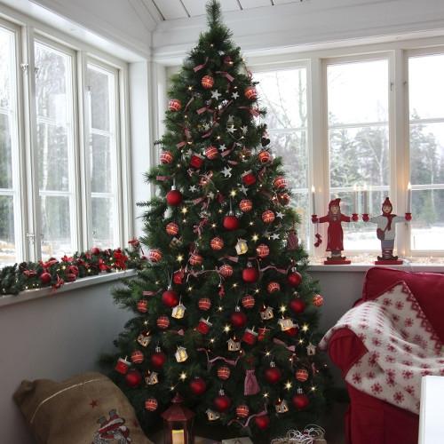 Halifax plastgran dekorerad med kulor och julklappar